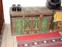 Λαογραφικό Μουσείο Καστοριάς: Το μπαούλο στο πατάρι της προηγούμενης φωτογραφίας
