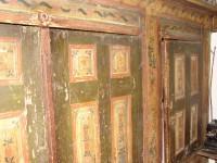 Λαογραφικό Μουσείο Καστοριάς: Εντοιχισμένη ντουλάπα με έντονο ζωγραφικό διάκοσμο, που στη Μακεδονία λέγεται Μισάντρα