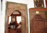 Λαογραφικό Μουσείο Καστοριάς: Είσοδος στον Ηλιακό δεξιά και το Καλό Καθημερινό αριστερά