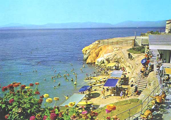 Aedipsos Spa Beach: Yellow colored sulfureous rocks and underwater warm springs