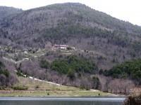 Μονή Αγίου Γεωργίου όπως φαίνεται από την απέναντι από την λίμνη Δόξα πλευρά.
