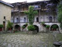 Μονή Αγίου Γεωργίου Φενεού: Εσωτερική Αυλή και Κελλιά Μοναχών