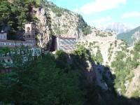 Η Ιερά Μονή του Προυσού: Άλλη άποψη του μουσείου, του καμπαναριού και του κτιρίου των κελιών.