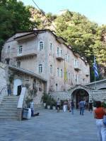 Ιερά Μονή Προυσού: Ανοιχτός χώρος που οδηγεί στην είσοδο