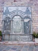 Παναγιά Προυσιώτισα: Μαρμάρινη εικόνα-τρίπτυχο στο προαύλιο της Μονής